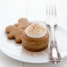 Mini gingerbread cheesecake recipe from @bakedbyrachel The perfect bite size holiday dessert!-2