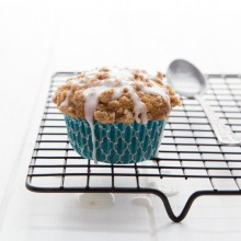 Moist whole wheat banana muffins with a crunchy streusel topping and sweet vanilla glaze. Recipe from @bakedbyrachel