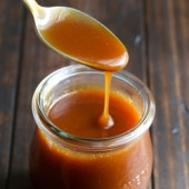 Easy 5 minute microwave caramel sauce recipe from @bakedbyrachel