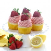 Moist strawberry lemonade cupcakes with lemon curd filling. Recipe from @bakedbyrachelMoist strawberry lemonade cupcakes with lemon curd filling. Recipe from @bakedbyrachel