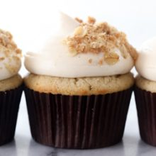 Moist and fluffy homemade spiced apple crisp cupcakes with fresh apple pie filling, caramel cream cheese frosting and crunchy cinnamon oatmeal crisp topping recipe from @bakedbyrachel