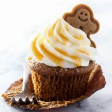 Moist and fluffy homemade gingerbread latte cupcakes with silky cream cheese frosting and caramel drizzle! Recipe from @bakedbyrachel A fun and festive dessert to whip up for the holidays!